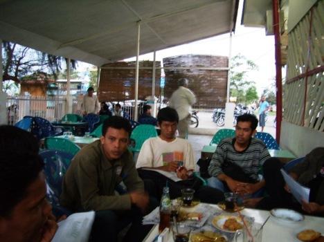 Heikal (kiri) tampak serius menikmati pembicaraan dari abu Fadli