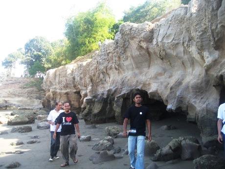 Goa ini terbentuk akibat abrasi dari air laut, kini sudah tidak lagi gua-gua tersebut