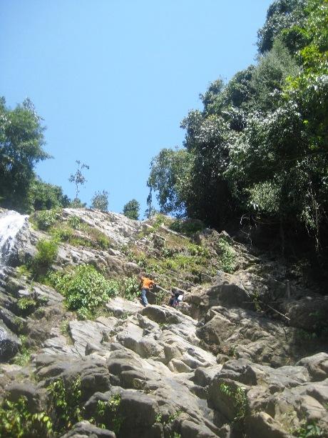 Sedikit usaha dari atas turun ke bawah untuk melihat air bisa terjun