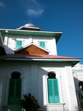 Arsitektur mesjid Baiturrahim yang begitu kental masa dulu