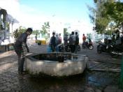 Sumur tua disisi selatan mesjid Baiturrahim, meski dangkal airnya begitu jernih (Dok. Pribadi)