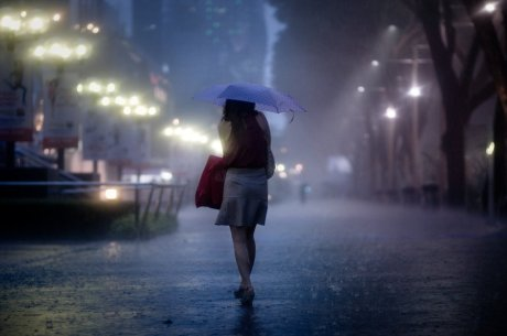 Sendiri ditengah hujan malam (Ilustrasi dari berintips.blogspot.com)