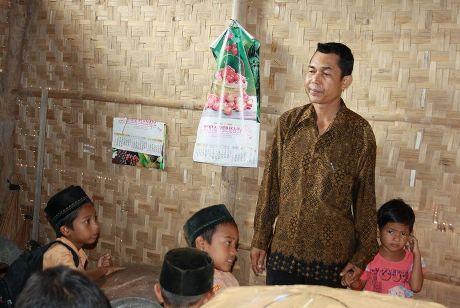 Kepala Sekolah MIS Sawang, Pak Mansur (Foto dari Tengku Muda)