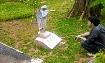 Salah seorang pengunjung sedang memandang prasasti Gie yang kini tidak tahu dimana keberadaan makam sebenarnya