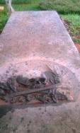 """Salah satu prasasti dengan ukiran """"Skull"""""""