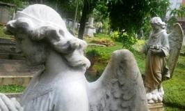 Patung-patung yang menjaga prasasti