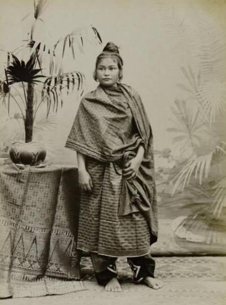Model: Endatu wanita Aceh dengan celana, kain sarung, dan ija sawak (Foto Dok Belanda)