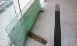 Material kaca masih bersandar di jalur kedatangan penumpang di Bandara Kualanamu
