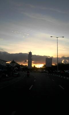 Silahkan di rotate, senja dibalik menara Masjid Baiturrahim