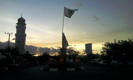 Matahari terbenam dibalik bangunan masjid Baiturrahim (Dok. Pribadi)