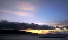 Awan-awan gelap menyelimuti sore nan indah