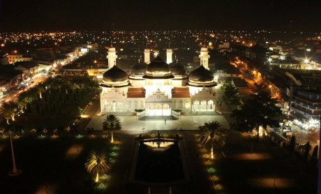 Foto Masjid Raya Baiturrahman malam hari
