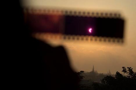 Melihat-gerhana-matahari-menggunakan-klise-negatif-film